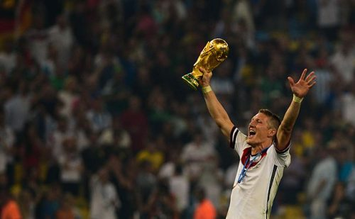 "Der Fußballer Bastian Schweinsteiger wird oft als ""Fußballgott"" bezeichnet (Marcello Casal Jr/Agência Brasil, <a href=""https://commons.wikimedia.org/wiki/File:Bastian_Schweinsteiger_celebrates_at_the_2014_FIFA_World_Cup.jpg"">Bastian Schweinsteiger celebrates at the 2014 FIFA World Cup</a>, <a href=""https://creativecommons.org/licenses/by/3.0/legalcode"">CC BY 3.0</a>)"